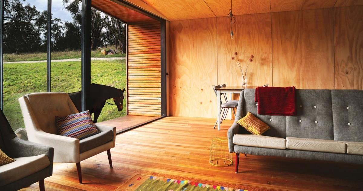 Как отделать загородный дом экологично и экономично: используем фанеру