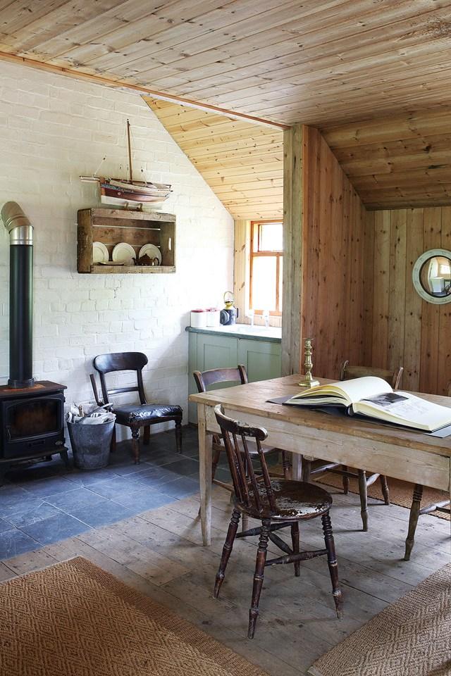Кухня/столовая в  цветах:   Бежевый, Коричневый, Серый, Темно-зеленый.  Кухня/столовая в  стиле:   Кантри.