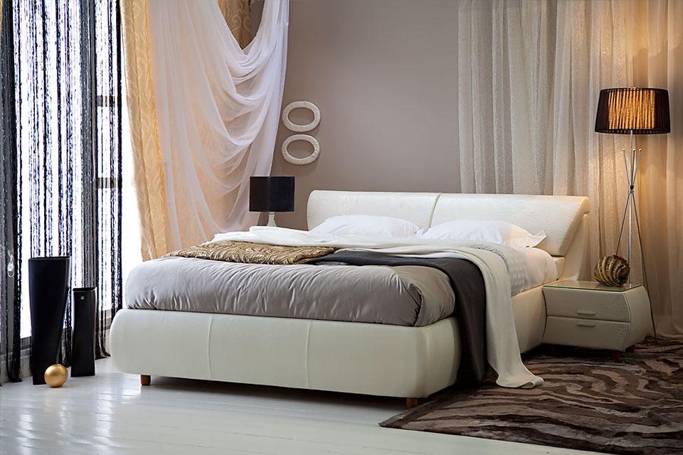 Спальня белая кожанная кровать