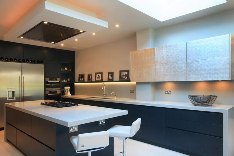 Кухня/столовая в  цветах:   Бежевый, Светло-серый, Синий, Черный.  Кухня/столовая в  стиле:   Минимализм.