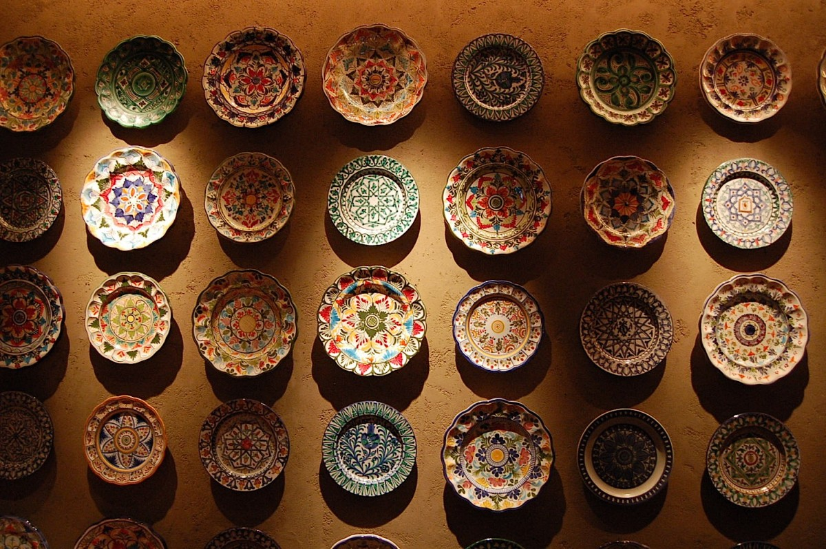Как красиво украсить стены тарелками: 15 невероятных идей