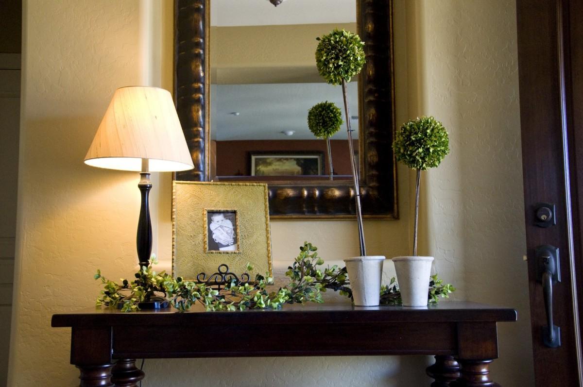 Мебель и предметы интерьера в цветах: черный, белый, бежевый. Мебель и предметы интерьера в стиле классика.