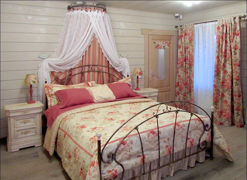 Мебель и предметы интерьера в цветах: красный, белый, коричневый, бежевый. Мебель и предметы интерьера в стилях: кантри.