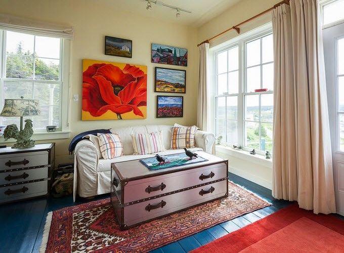 Мебель и предметы интерьера в цветах: серый, светло-серый, белый, коричневый. Мебель и предметы интерьера в стиле эклектика.