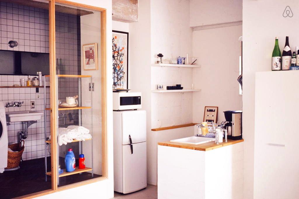 Кухня в цветах: желтый, светло-серый, белый, коричневый, бежевый. Кухня в стилях: лофт.