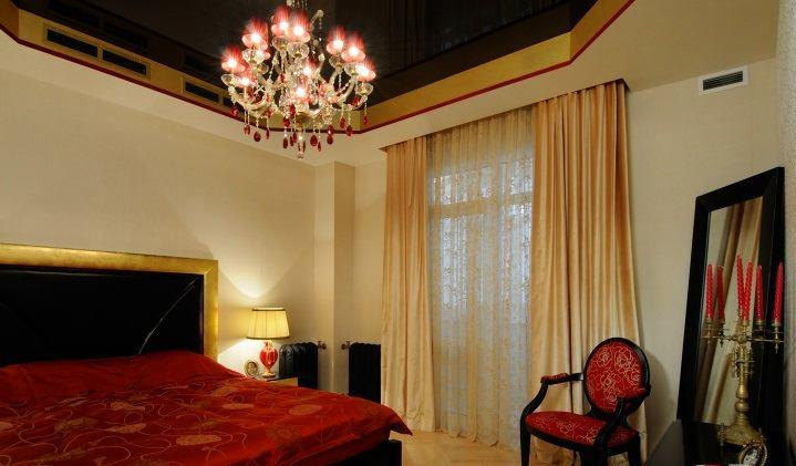 Спальня в цветах: черный, темно-коричневый, коричневый, бежевый. Спальня в стиле классика.