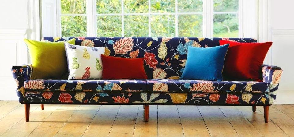 Как правильно использовать яркие текстиль и обои в интерьере