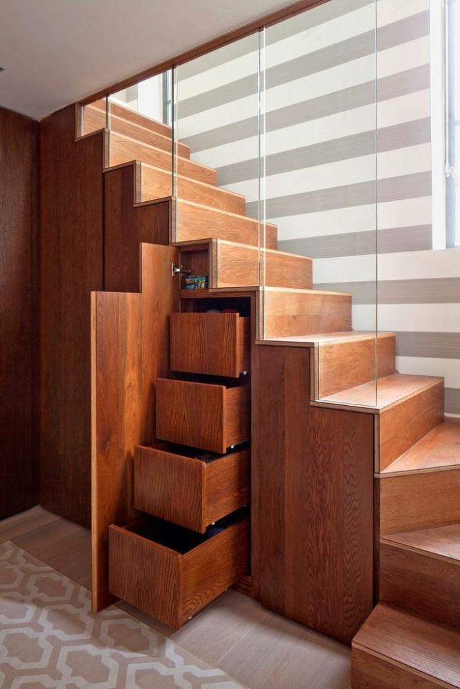 Лестница в цветах: желтый, светло-серый, бордовый, темно-коричневый, коричневый. Лестница в стиле минимализм.