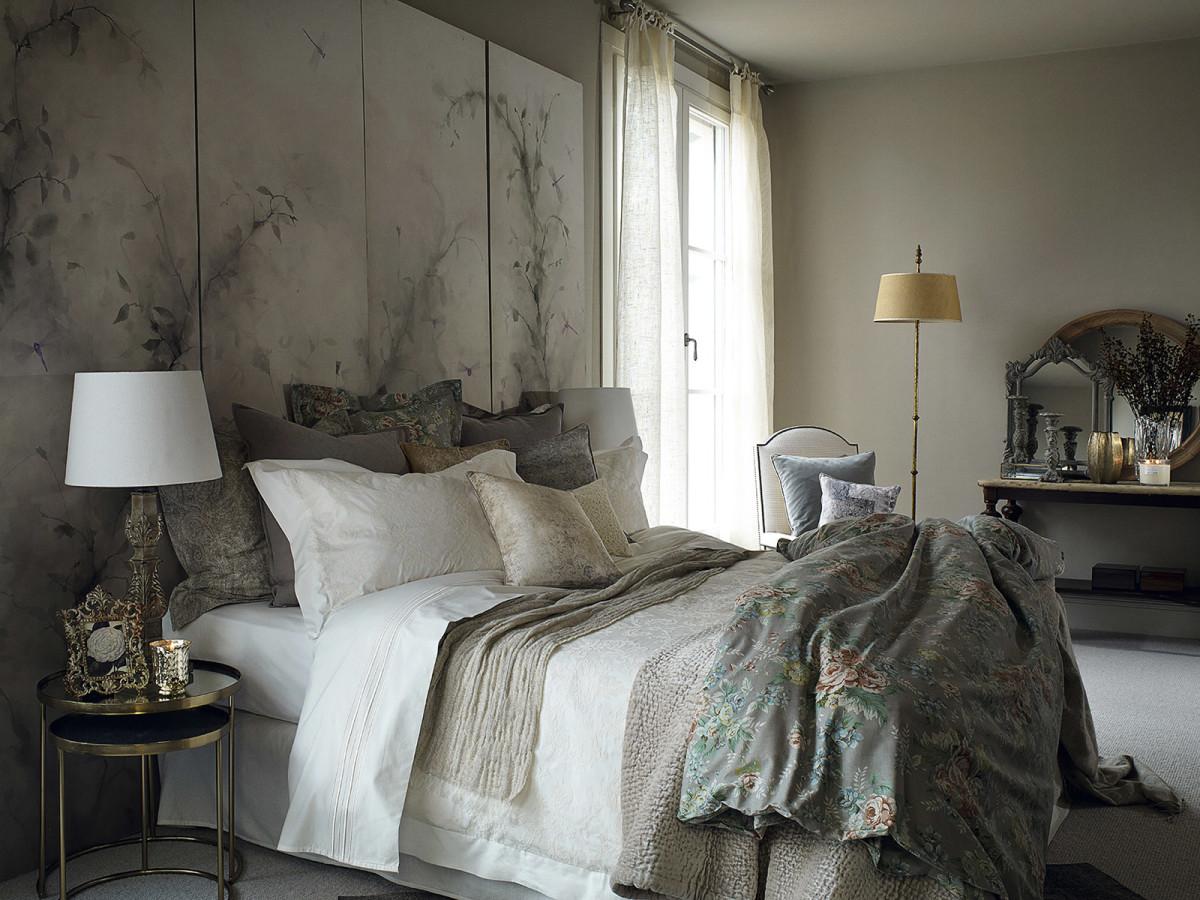 Спальня в цветах: черный, серый, светло-серый, белый, бежевый. Спальня в стиле классика.