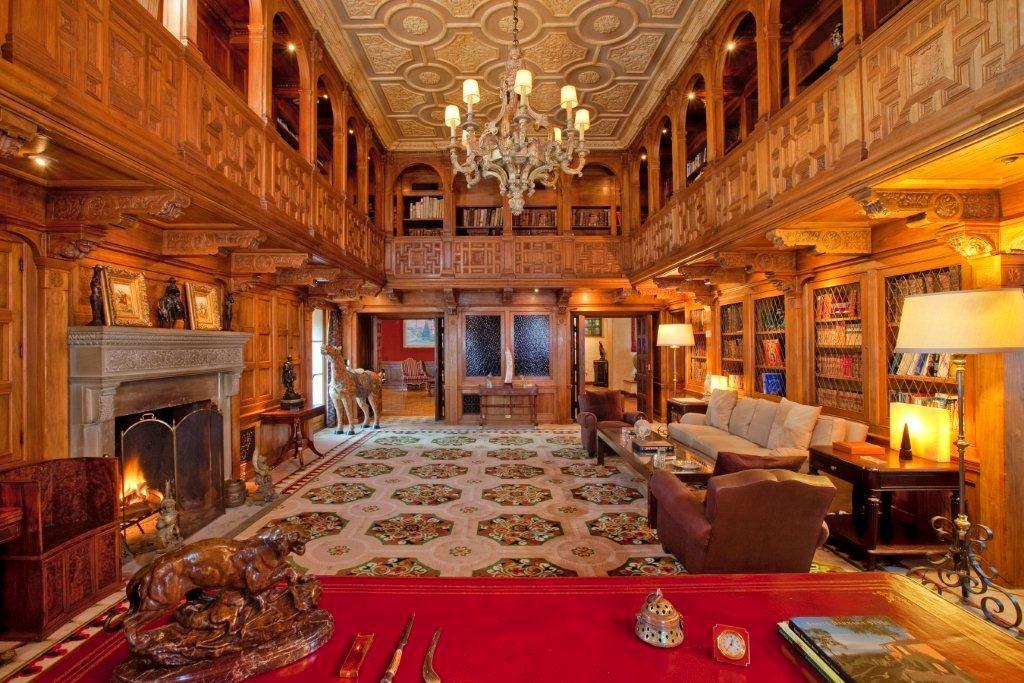 Мебель и предметы интерьера в цветах: бордовый, темно-коричневый, коричневый, бежевый. Мебель и предметы интерьера в стиле классика.