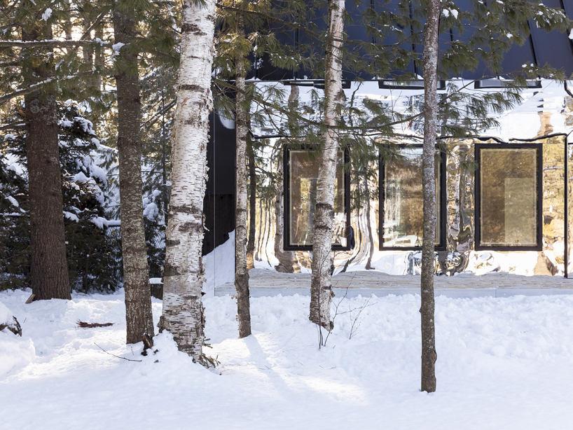 Архитектура в цветах: черный, серый, светло-серый, белый, бежевый. Архитектура в стиле экологический стиль.