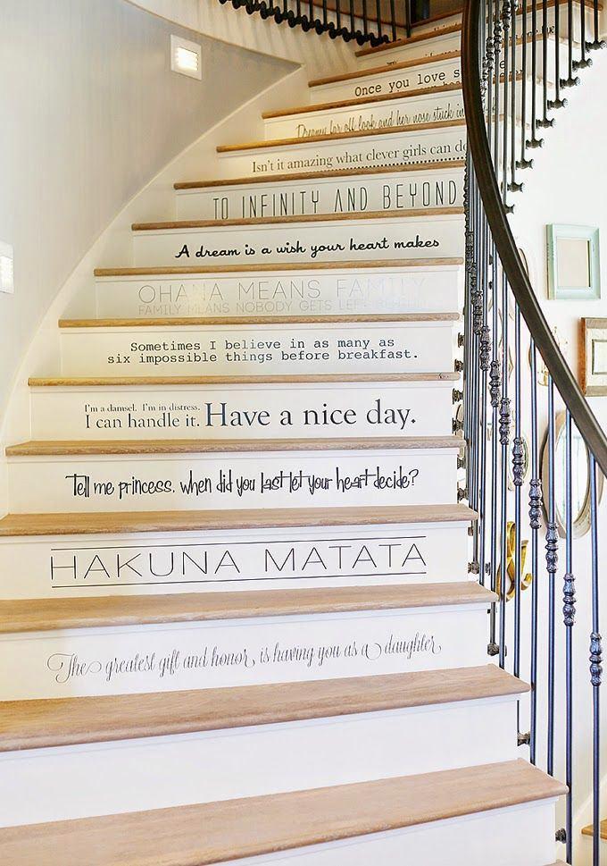 Лестница в цветах: желтый, серый, светло-серый, бежевый. Лестница в стиле английские стили.