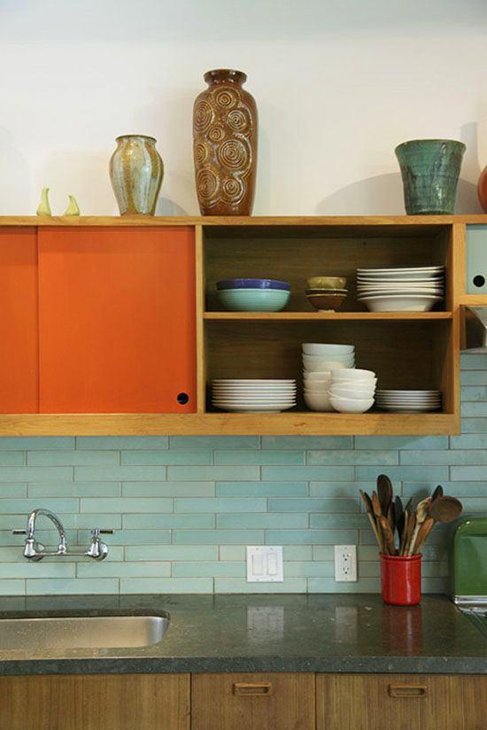 Кухня в цветах: красный, бирюзовый, бордовый, сине-зеленый, бежевый. Кухня в .
