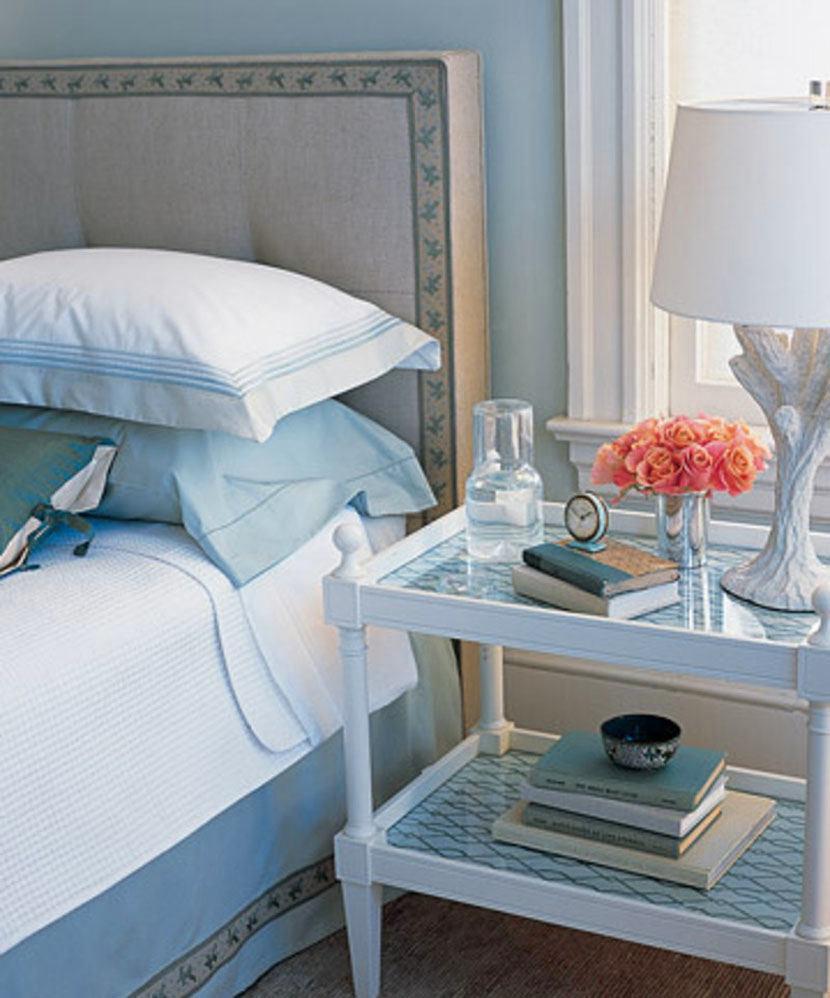 Спальня в цветах: голубой, фиолетовый, серый, светло-серый, белый. Спальня в стиле французские стили.