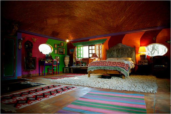 Спальня в цветах: оранжевый, серый, светло-серый, бордовый, темно-зеленый. Спальня в стилях: этника, эклектика.