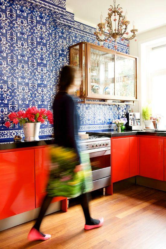 Кухня в цветах: красный, черный, светло-серый, белый, бордовый. Кухня в .