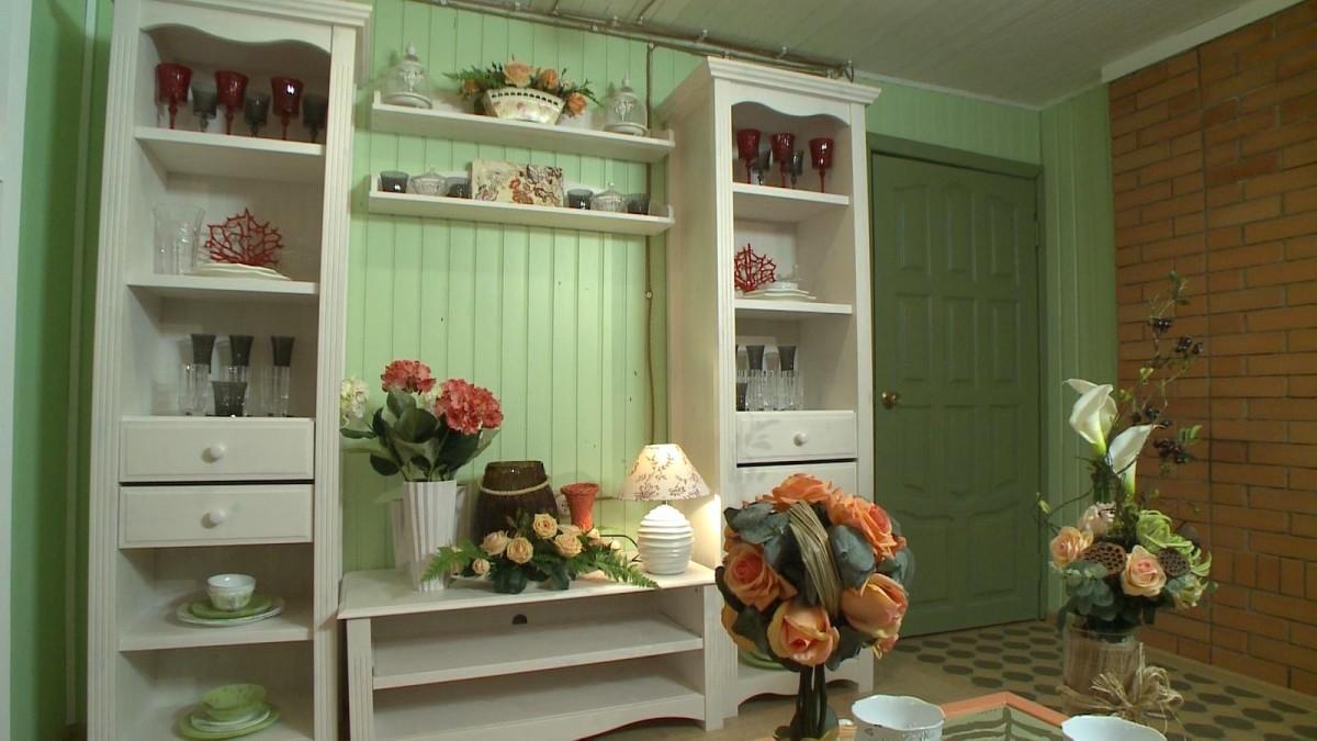 Гостиная, холл в цветах: белый, темно-зеленый, салатовый, коричневый, бежевый. Гостиная, холл в стиле прованс.