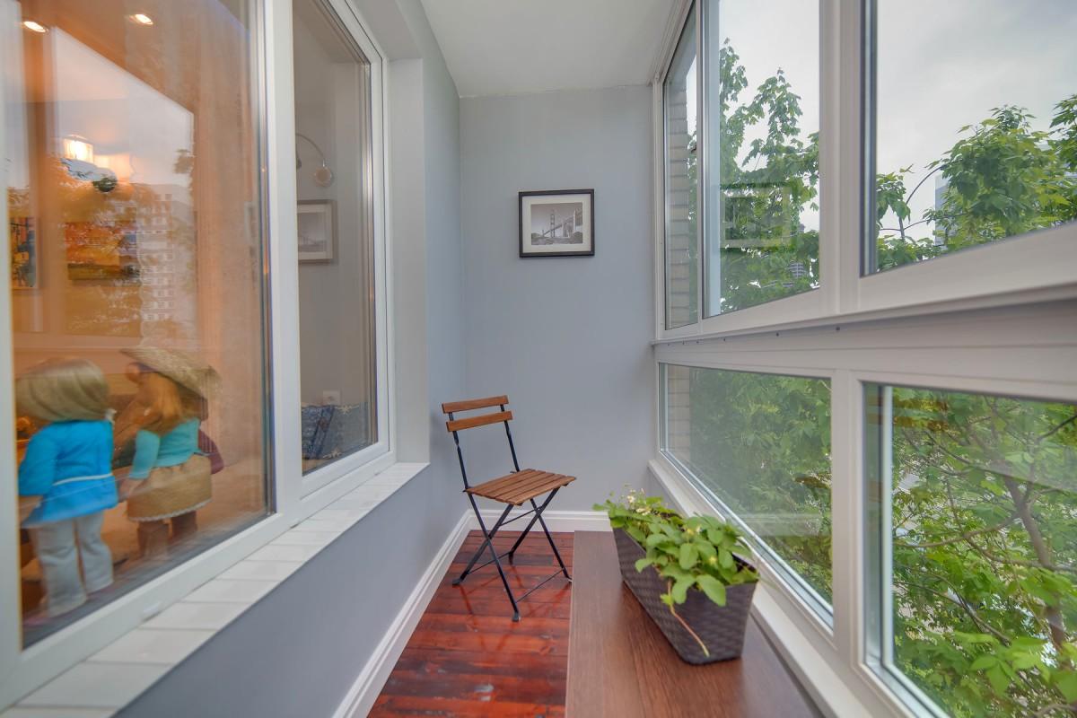 Балкон, веранда, патио в цветах: серый, светло-серый, белый, коричневый, бежевый. Балкон, веранда, патио в стиле арт-деко.
