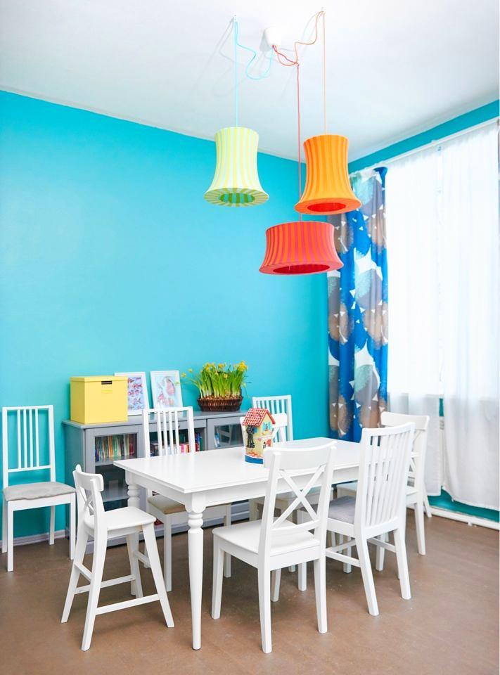 Гостиная, холл в цветах: желтый, голубой, бирюзовый, серый, белый. Гостиная, холл в .