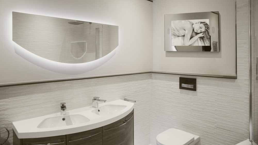 Стоит ли устанавливать телевизор в ванную: мнение архитектора и 10 вдохновляющих идей