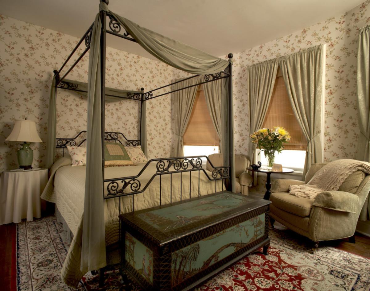 Спальня в  цветах:   Бежевый, Коричневый, Серый, Темно-коричневый, Черный.  Спальня в  стиле:   Классика.