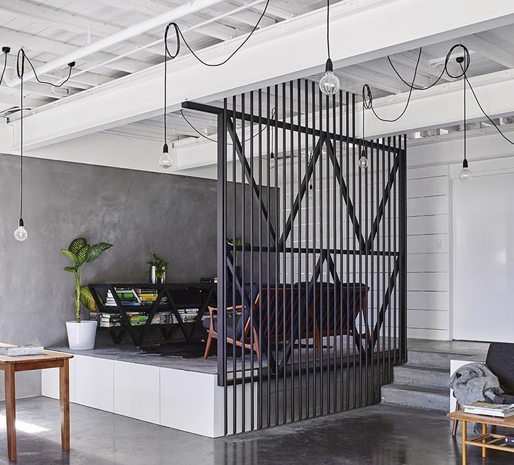 Гостиная в  цветах:   Светло-серый, Серый, Черный.  Гостиная в  стиле:   Лофт.