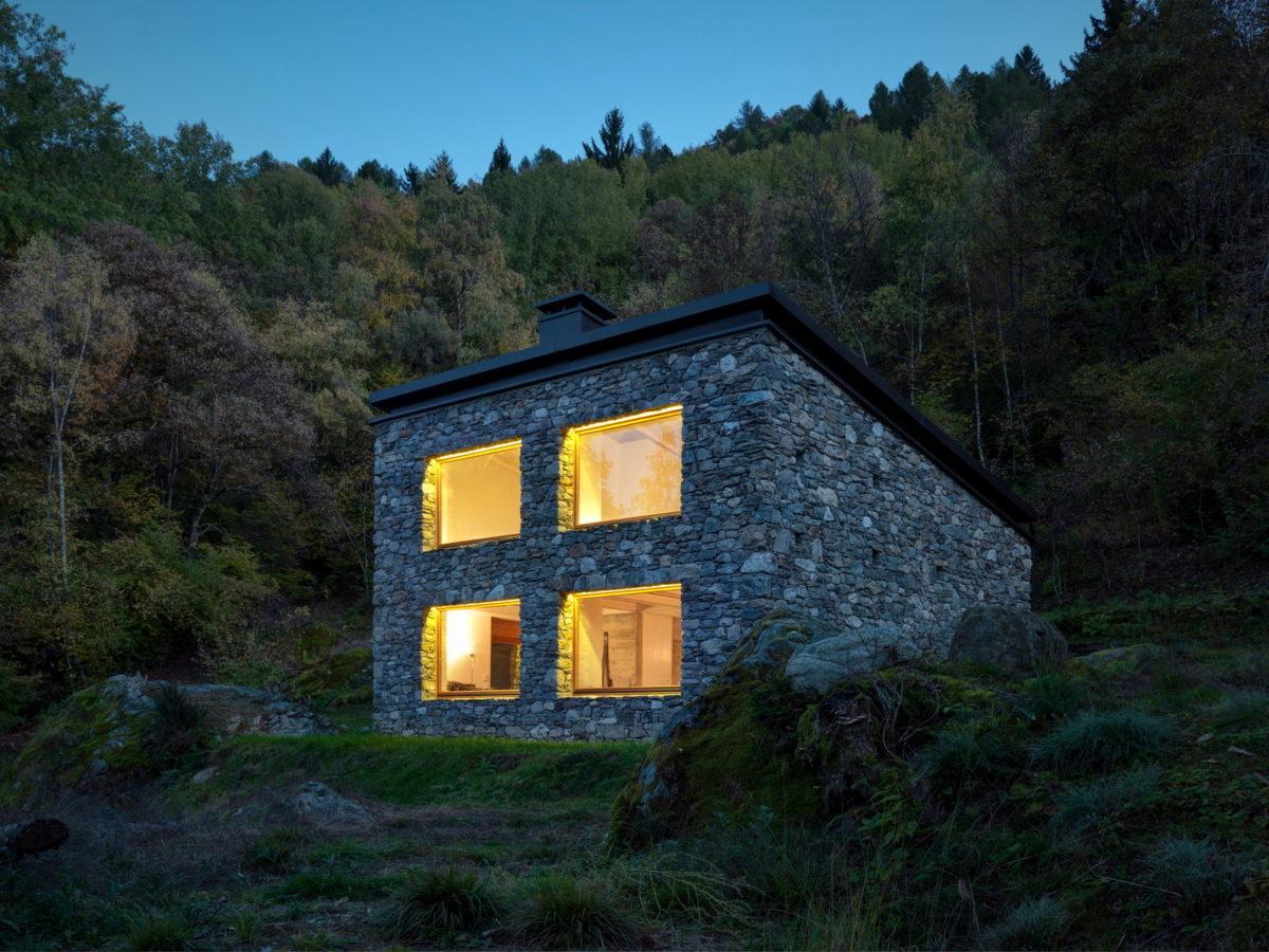 Домик из булыжников с бетонной сантехникой и роскошными видами на Альпы