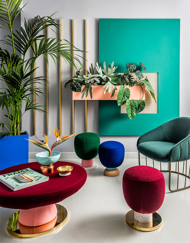Гостиная в  цветах:   Бежевый, Голубой, Светло-серый, Серый, Черный.  Гостиная в  стиле:   Минимализм.