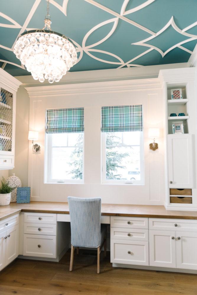 Кухня/столовая в  цветах:   Бежевый, Белый, Голубой, Светло-серый, Серый.  Кухня/столовая в  стиле:   Неоклассика.