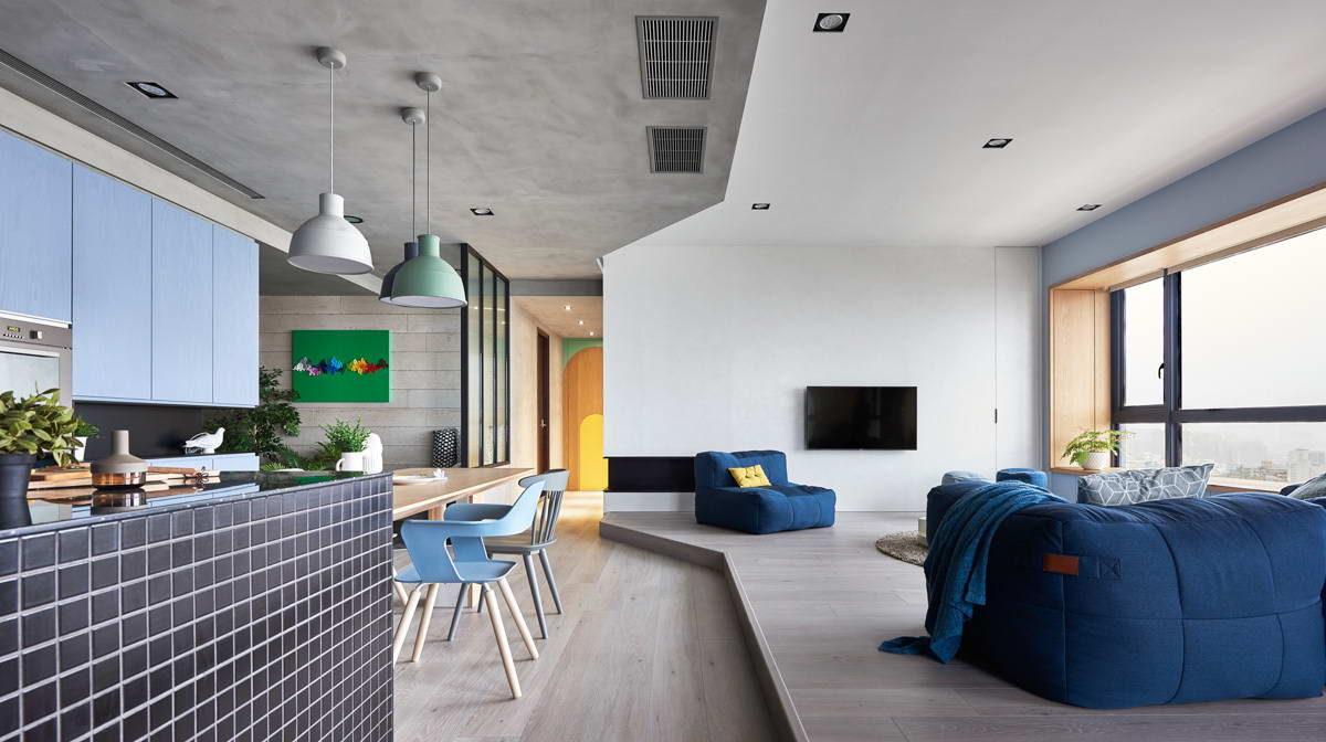 Голубые стены, бетонный потолок, лиловая спальня: квартира для счастливой семьи