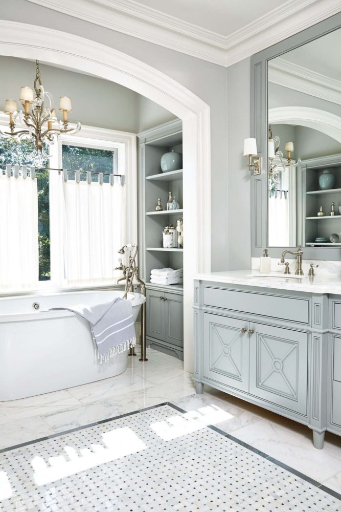 Ванная в  цветах:   Белый, Светло-серый, Серый.  Ванная в  стиле:   Неоклассика.