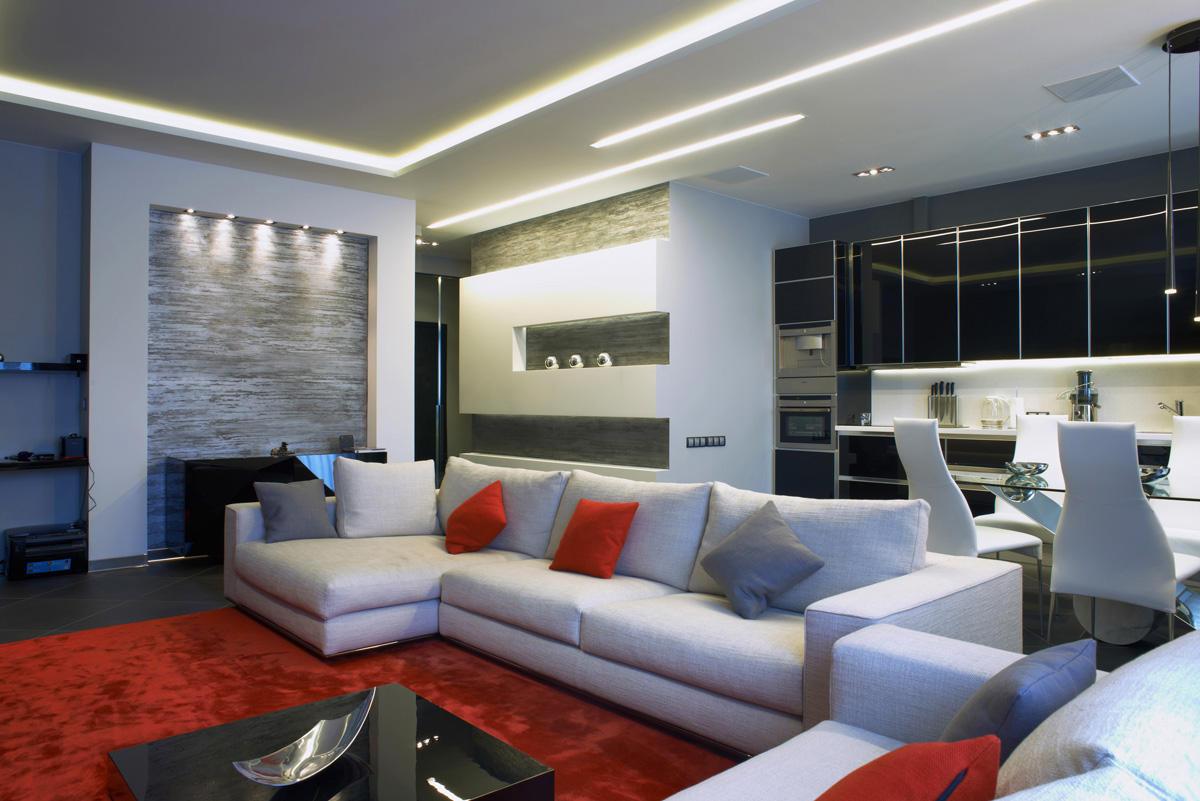 Стильная белая квартира площадью 94 метра с чёрной кухней и красным ковром