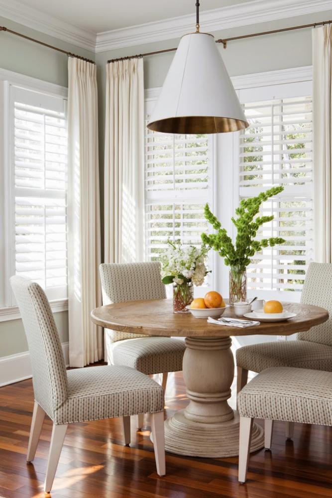 Кухня/столовая в  цветах:   Бежевый, Белый, Коричневый, Светло-серый, Темно-коричневый.  Кухня/столовая в  стиле:   Неоклассика.