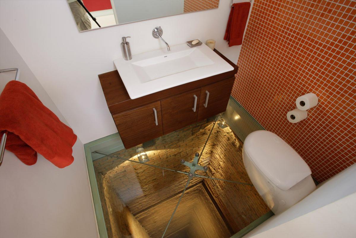 Крутой яркий пентхаус с туалетом в шахте лифта