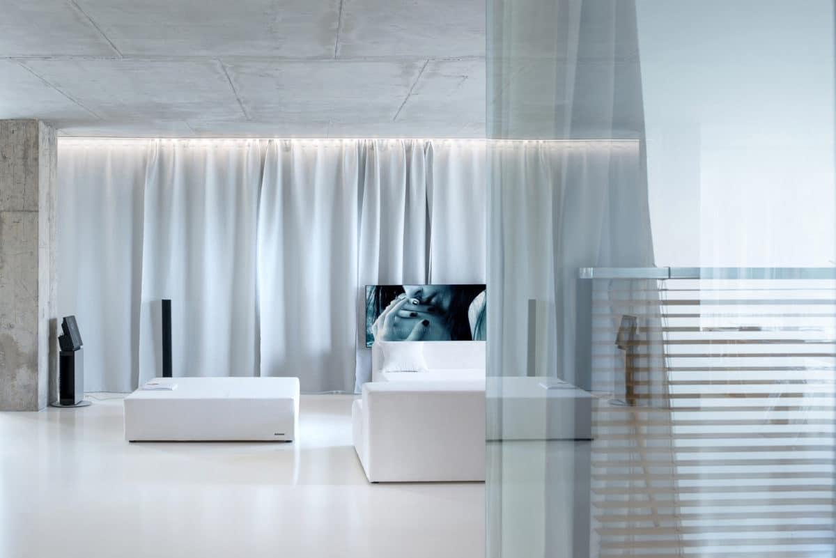 Гостиная в  цветах:   Белый, Светло-серый, Серый.  Гостиная в  стиле:   Минимализм.