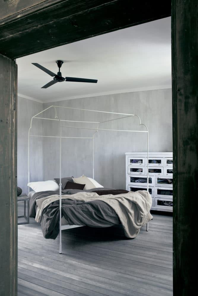 Спальня в  цветах:   Светло-серый, Серый, Черный.  Спальня в  стиле:   Лофт.