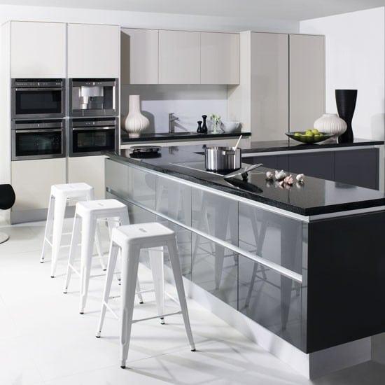 Кухня/столовая в  цветах:   Белый, Светло-серый, Серый, Черный.  Кухня/столовая в  стиле:   Минимализм.