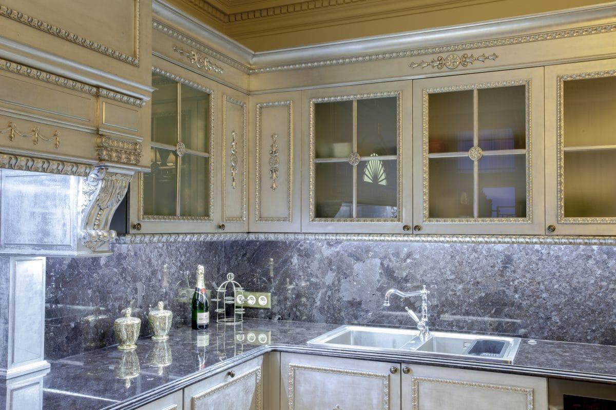 Кухня/столовая в  цветах:   Бежевый, Коричневый, Светло-серый, Серый.  Кухня/столовая в  стиле:   Классика.