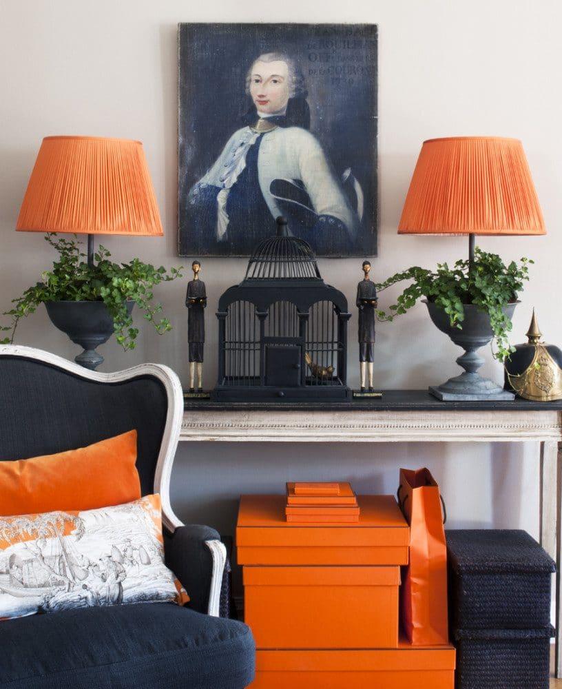 Гостиная в  цветах:   Оранжевый, Светло-серый, Серый, Синий, Черный.  Гостиная в  стиле:   Эклектика.