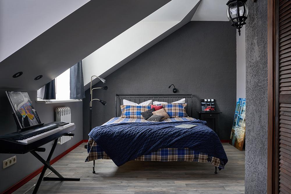 Подмосковный таунхаус: два этажа, четыре комнаты, дровница в стене и чёрная спальня