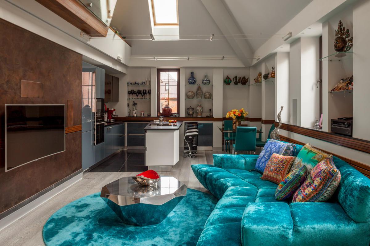 Яркая мансарда: бирюзовый диван и спальня на антресоли