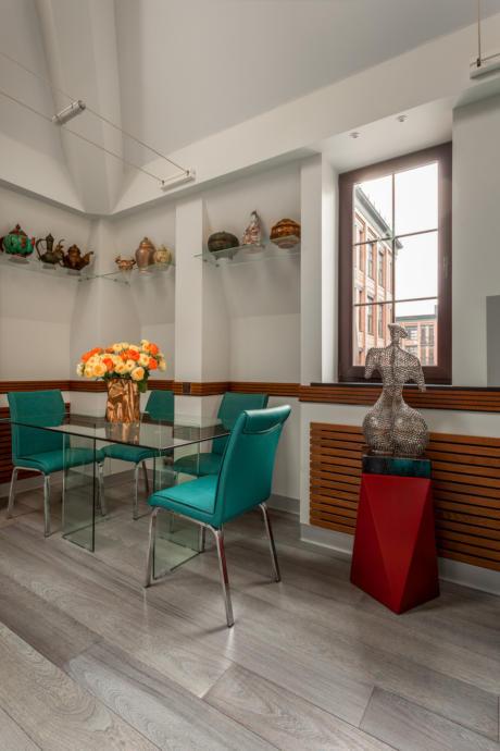 Кухня/столовая в  цветах:   Белый, Коричневый, Бежевый, Бордовый, Темно-зеленый.  Кухня/столовая в  стиле:   Эклектика.