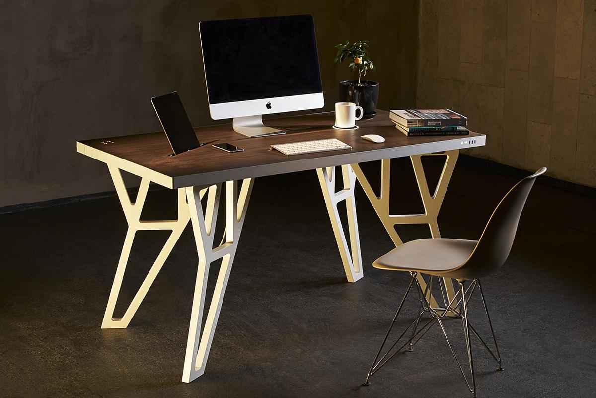 Компьютерный стол будущего: колонки, USB и беспроводная зарядка