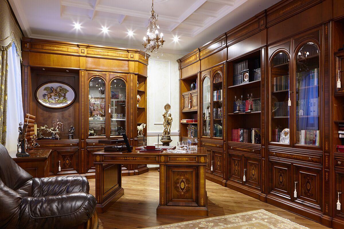 Кабинет также решен в итальянском стиле, для которого характерна массивная мебель тёмного дерева.