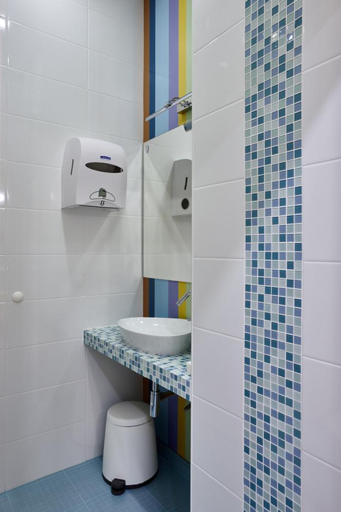 Ванная в  цветах:   Бежевый, Бирюзовый, Коричневый, Светло-серый, Синий.  Ванная в  стиле:   Минимализм.