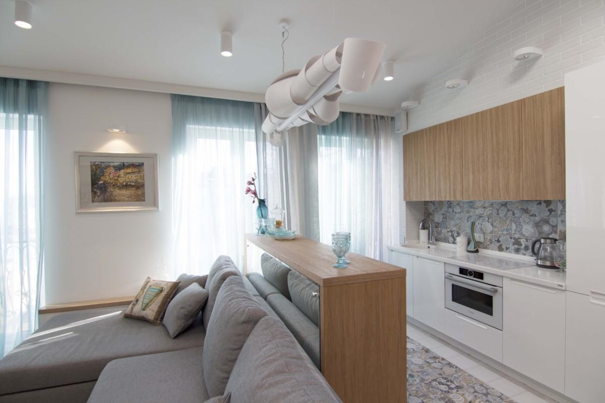 Кухня, как-бы встроена в некий короб, выделеный текстурным кирпичиком.
