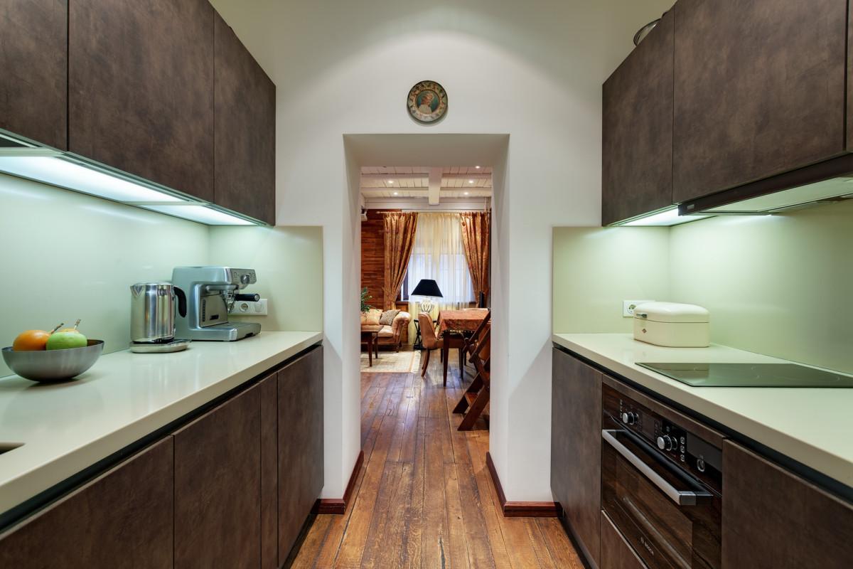 Кухня сделана проходной, что необычно, но она получилась функциональной настолько, что заказчик считает это решение очень удачным.