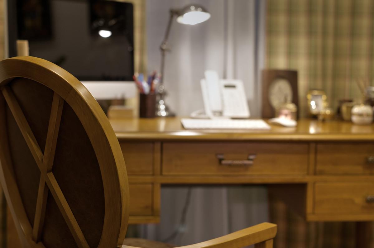 Интерьер ненавязчив, комфортен, пропитан воздухом, отсутствуют лишние предметы, комната занята только необходимой мебелью.