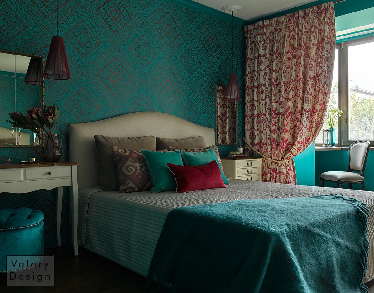 Сложная архитектура комнаты и любимые цвета хозяйки дали нам идею — выполнить спальню в насыщенном изумрудном цвете.