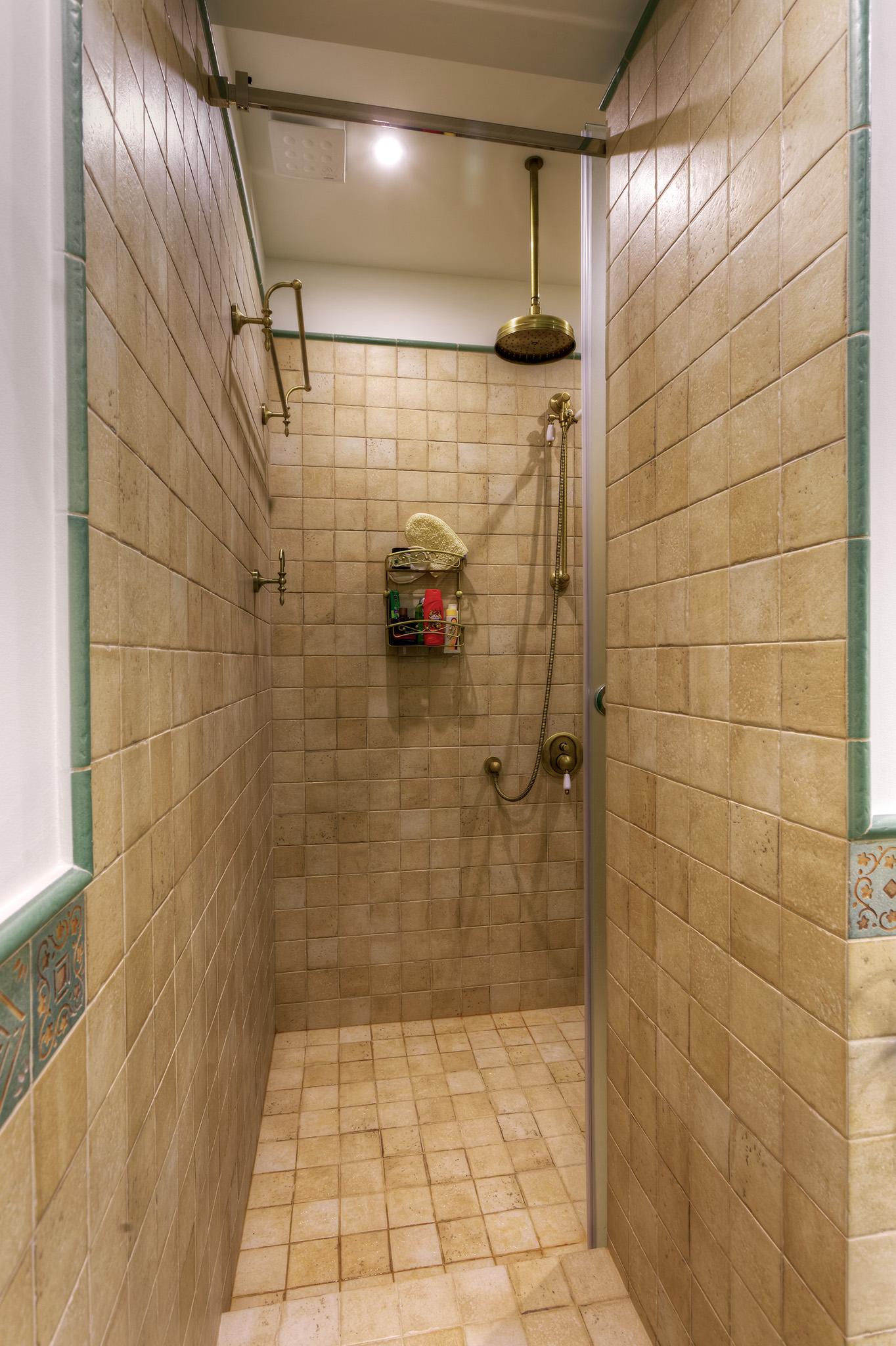 Душевая кабина была решена в виде отдельного смежного помещения со входом из туалета.